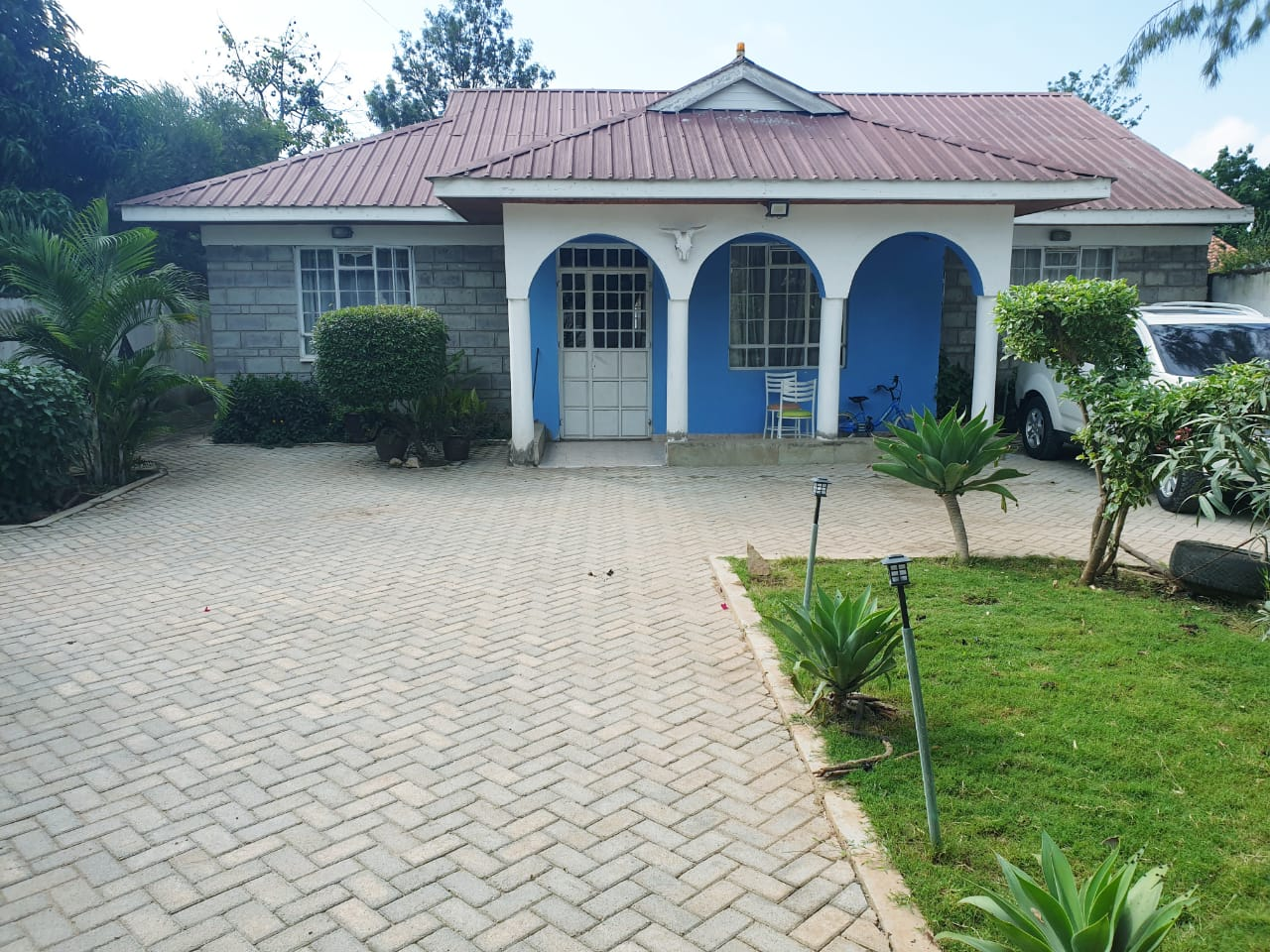 THREE BEDROOM BUNGALOW WITH SQ ON SALE – KITENGELA TOWN